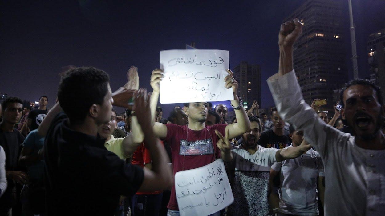 Des manifestants dans la nuit au Caire, en Égypte